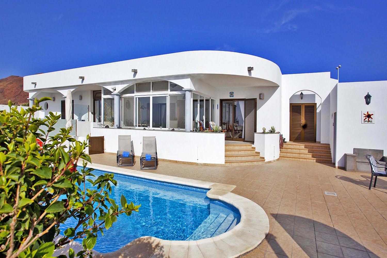 Stilvolle Ferienvilla mit Privatpool und schönem Wintergarten mit Blick auf das Meer auf Lanzarote