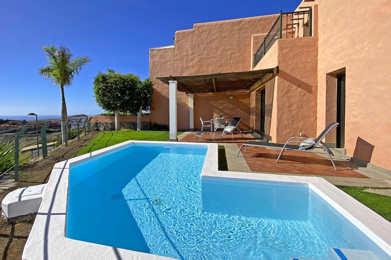 Villa mit 2 Schlafzimmern, schönem Garten, großem Gemeinschaftspool und Blick auf den Golfplatz, das Meer und die Berge