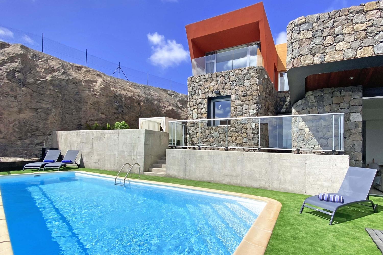 NEUE ERÖFFNUNG: Dieses elegante und moderne Ferienhaus bietet die besten Voraussetzungen für einen erholsamen Urlaub im sonnigen Süden Gran Canarias mit der Möglichkeit, zu Hause zu arbeiten oder zu studieren.