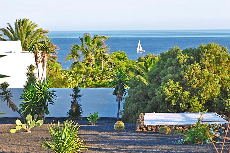 Helles und stilvoll eingerichtetes Ferienhaus mit schönem Garten voller Kakteen und Palmen und wunderschönem Meerblick