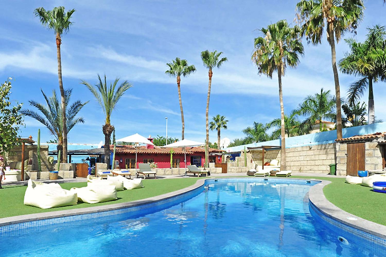 Ferienhaus mit einem großen Gemeinschaftspool für einen erholsamen Urlaub nahe der Strände von Teneriffa