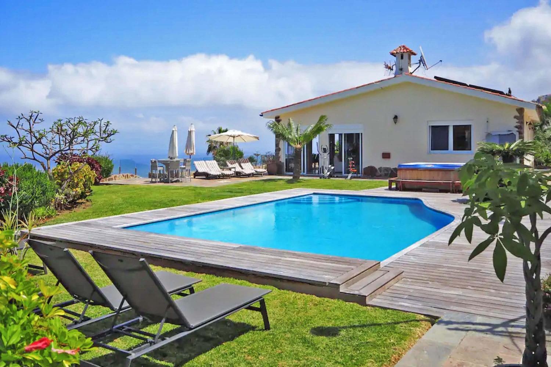 Exklusives Ferienhaus mit spektakulärer Aussicht, beheiztem Pool, Tennisplatz, Whirlpool und Chillout-Bereich