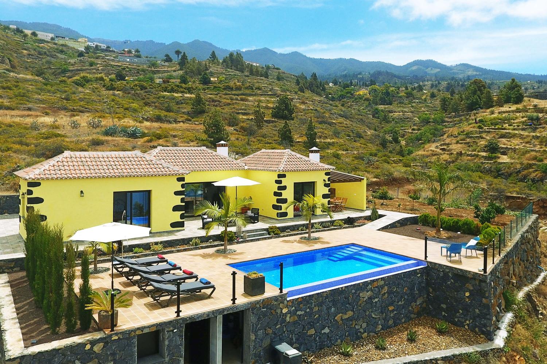 Modernes und perfekt eingerichtetes Ferienhaus mit Privatpool für einen entspannten Urlaub.