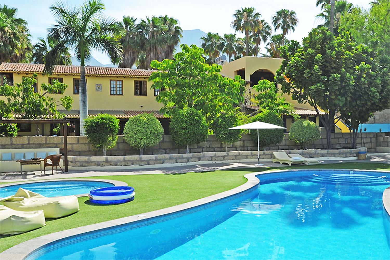 Moderne feriehus på en gård med et stort felles bassengområde i Costa Adeje