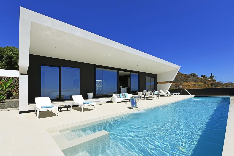 Luxusní a nově postavený prázdninový dům s velkou venkovní oblastí se soukromým bazénem pro relaxační dovolenou na La Palmě.